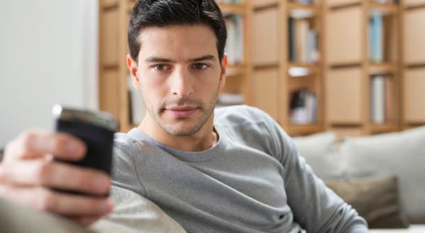 Màn hình điện thoại bật sáng, tim tôi như thắt nghẹn vì hình ảnh của vợ tôi trong đó - Ảnh 2.