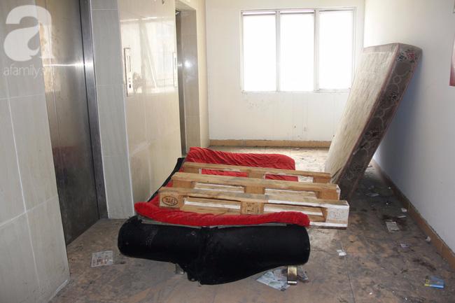 Vừa sống vừa run trong chung cư có thang máy hỏng bị rút ruột, sâu hun hút chờ nuốt người - Ảnh 12.