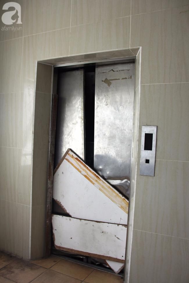 Vừa sống vừa run trong chung cư có thang máy hỏng bị rút ruột, sâu hun hút chờ nuốt người - Ảnh 2.