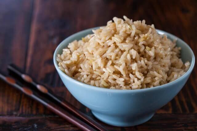 Ăn gạo nâu thay gạo trắng: Tăng tốc giảm cân tương đương 30 phút đi bộ nhanh mỗi ngày? - Ảnh 3.