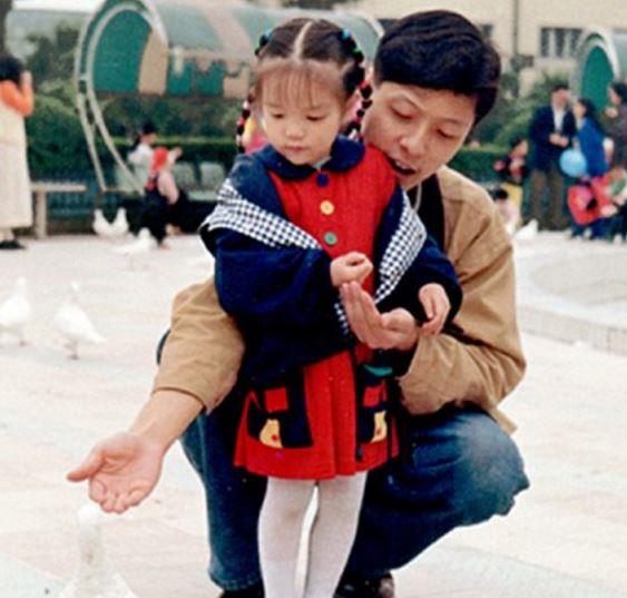 Gia đình bị thời gian bỏ quên: Bố nhìn như bạn trai, mẹ giống chị gái còn bà thì trông như mẹ - Ảnh 4.