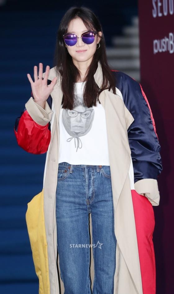 Chị hai của Những nàng công chúa nổi tiếng 42 tuổi vẫn diện đầm hồng choét tham dự Tuần lễ thời trang Seoul  - Ảnh 4.