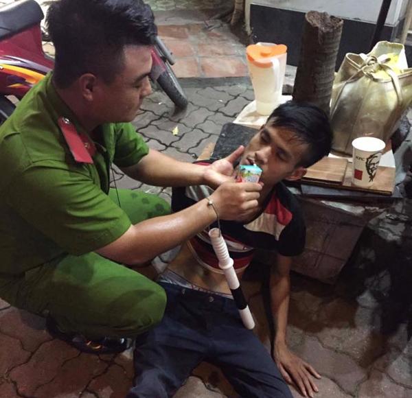 Hà Nội: CSGT giúp đỡ 1 nam thanh niên bị lừa bán sang Trung Quốc tìm đường về nhà 2