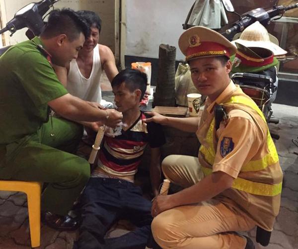 Hà Nội: CSGT giúp đỡ 1 nam thanh niên bị lừa bán sang Trung Quốc tìm đường về nhà 1