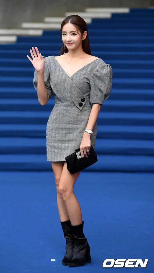Chị hai của Những nàng công chúa nổi tiếng 42 tuổi vẫn diện đầm hồng choét tham dự Tuần lễ thời trang Seoul  - Ảnh 7.