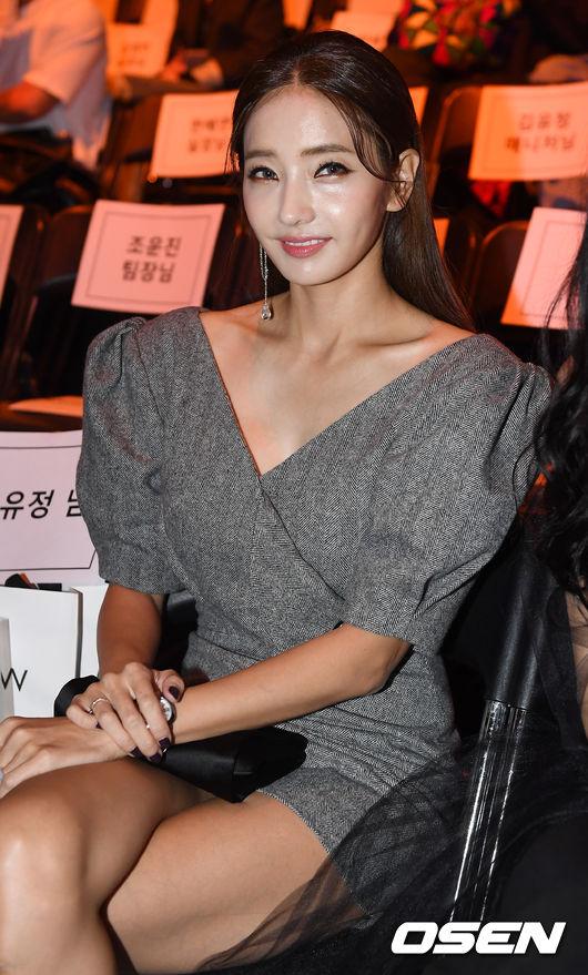 Chị hai của Những nàng công chúa nổi tiếng 42 tuổi vẫn diện đầm hồng choét tham dự Tuần lễ thời trang Seoul  - Ảnh 8.