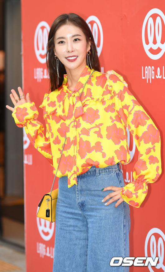 Chị hai của Những nàng công chúa nổi tiếng 42 tuổi vẫn diện đầm hồng choét tham dự Tuần lễ thời trang Seoul  - Ảnh 12.