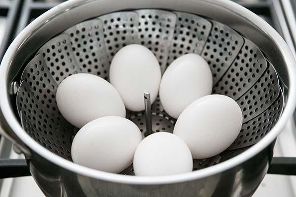 Thay vì luộc, hãy hấp trứng, siêu ngon mà lại cực dễ bóc vỏ - Ảnh 3.