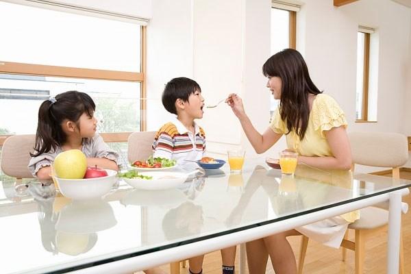 """Những thói quen của bố mẹ khiến trẻ """"đi sai đường"""" - Ảnh 1."""
