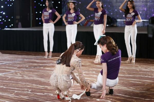 Mất hình ảnh vì Mai Ngô, Phạm Hương lại ghi điểm khi chỉnh giày cho thí sinh - Ảnh 2.