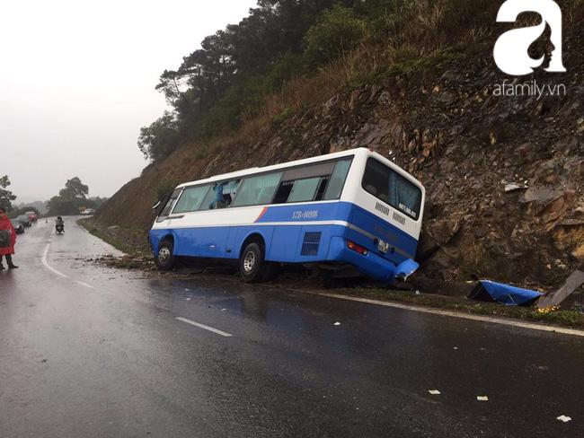 Xe khách chở hơn 30 người đi tham quan lao vào vách núi khi đang đổ đèo, nhiều người bị thương - Ảnh 2.