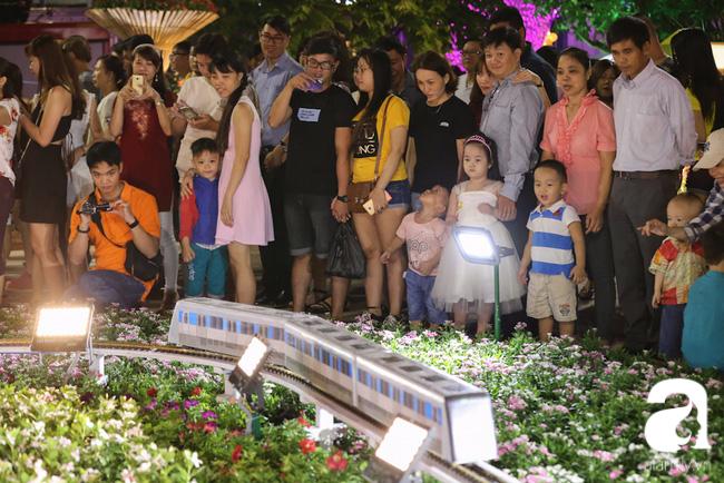 Mô hình hệ thống Metro và đoàn tàu thu hút nhiều người nhất là trẻ nhỏ tò mò.