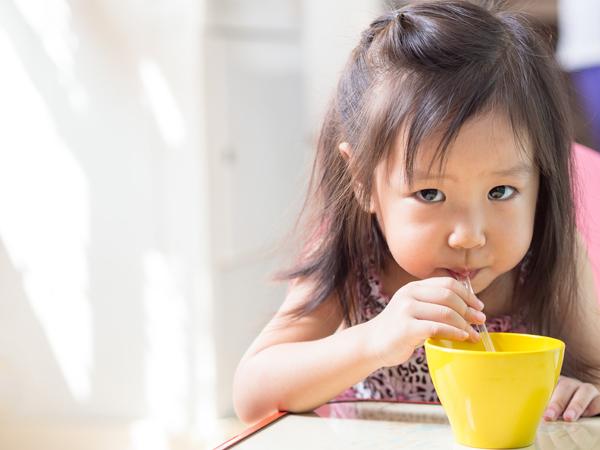 Mẹ có biết: Trẻ dưới 1 tuổi không nên uống nước trái cây - Ảnh 2.