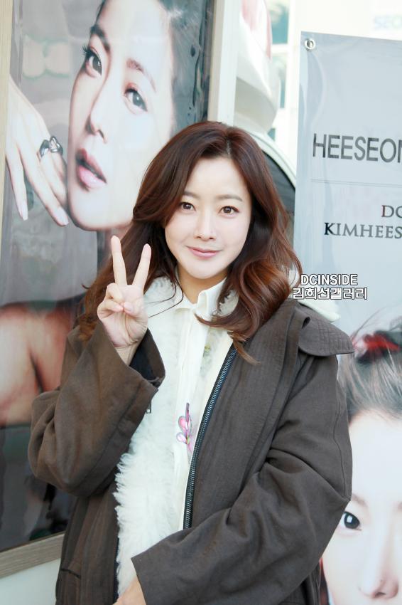 Cặp đôi U40 Kim Hee Sun, Kim Sun Ah đẹp quyền lực không thể rời mắt - Ảnh 10.