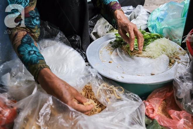Hàng nem cuốn 1,5k ở hiên nhà nằm nghe nắng mưa phố Nguyễn Như Đổ, 1 mét vuông 7 khách đứng chờ - Ảnh 9.