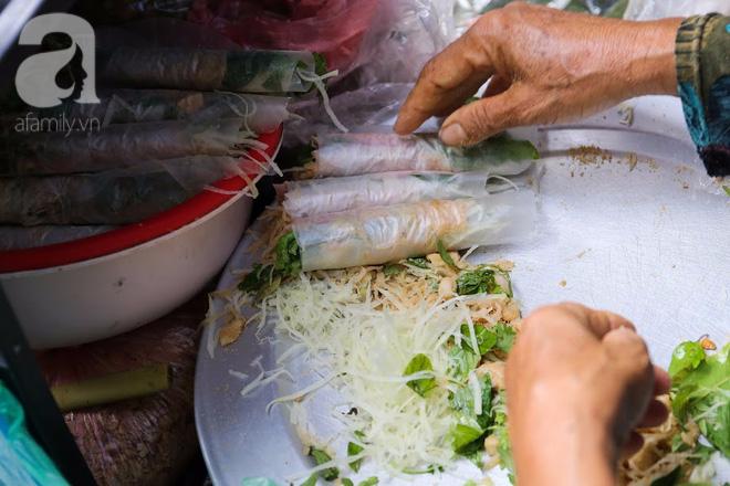 Hàng nem cuốn 1,5k ở hiên nhà nằm nghe nắng mưa phố Nguyễn Như Đổ, 1 mét vuông 7 khách đứng chờ - Ảnh 5.