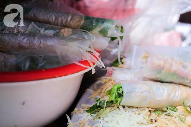 Hàng nem cuốn 1,5k ở hiên nhà nằm nghe nắng mưa phố Nguyễn Như Đổ, 1 mét vuông 7 khách đứng chờ - Ảnh 11.