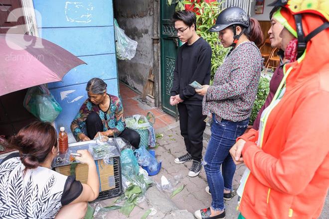 Hàng nem cuốn 1,5k ở hiên nhà nằm nghe nắng mưa phố Nguyễn Như Đổ, 1 mét vuông 7 khách đứng chờ - Ảnh 1.