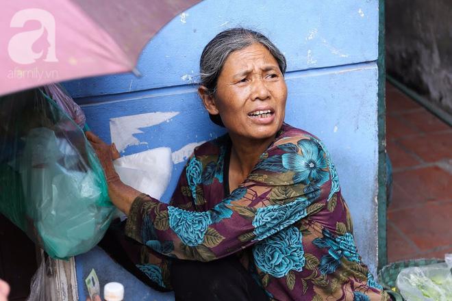 Hàng nem cuốn 1,5k ở hiên nhà nằm nghe nắng mưa phố Nguyễn Như Đổ, 1 mét vuông 7 khách đứng chờ - Ảnh 2.