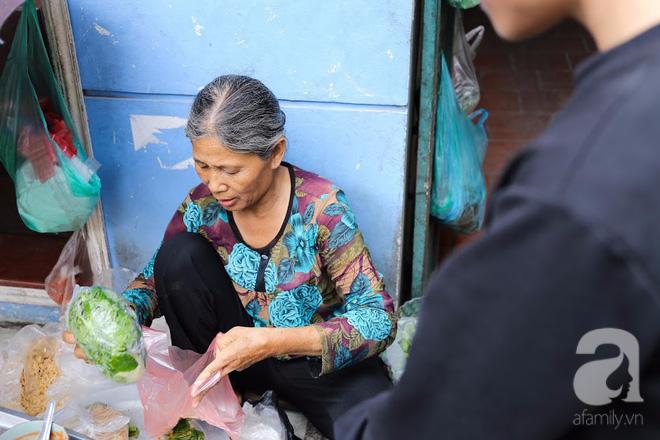 Hàng nem cuốn 1,5k ở hiên nhà nằm nghe nắng mưa phố Nguyễn Như Đổ, 1 mét vuông 7 khách đứng chờ - Ảnh 15.