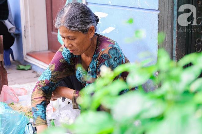 Hàng nem cuốn 1,5k ở hiên nhà nằm nghe nắng mưa phố Nguyễn Như Đổ, 1 mét vuông 7 khách đứng chờ - Ảnh 12.
