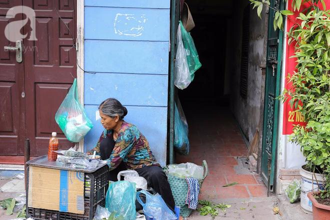 Hàng nem cuốn 1,5k ở hiên nhà nằm nghe nắng mưa phố Nguyễn Như Đổ, 1 mét vuông 7 khách đứng chờ - Ảnh 16.