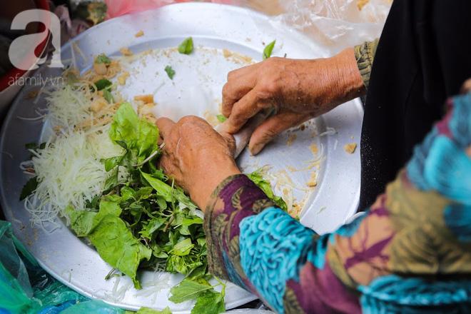 Hàng nem cuốn 1,5k ở hiên nhà nằm nghe nắng mưa phố Nguyễn Như Đổ, 1 mét vuông 7 khách đứng chờ - Ảnh 3.