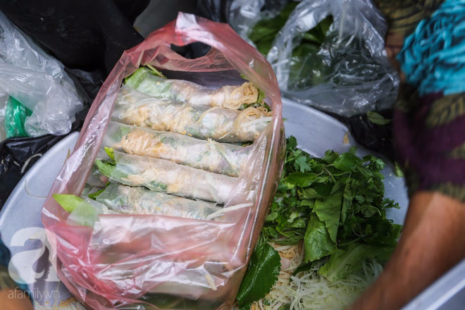 Hàng nem cuốn 1,5k ở hiên nhà nằm nghe nắng mưa phố Nguyễn Như Đổ, 1 mét vuông 7 khách đứng chờ - Ảnh 13.
