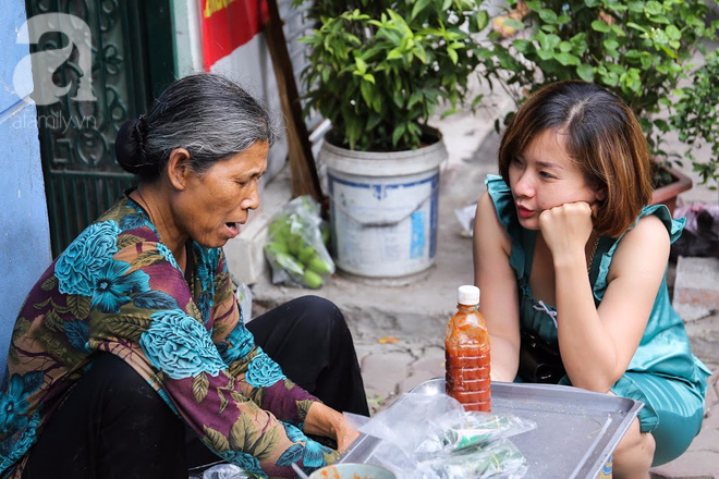 Hàng nem cuốn 1,5k ở hiên nhà nằm nghe nắng mưa phố Nguyễn Như Đổ, 1 mét vuông 7 khách đứng chờ - Ảnh 7.