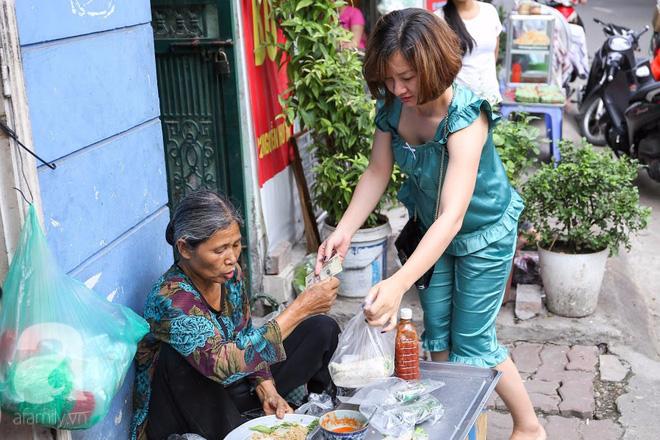 Hàng nem cuốn 1,5k ở hiên nhà nằm nghe nắng mưa phố Nguyễn Như Đổ, 1 mét vuông 7 khách đứng chờ - Ảnh 8.