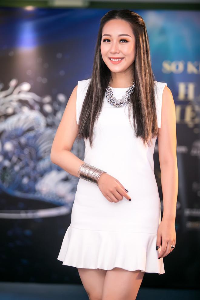 Tham tóc phẩy line, lại thêm loạt phụ kiện chẳng liên quan đã khiến cho Hoa hậu Ngô Phương Lan lọt top mặc sến  - Ảnh 2.