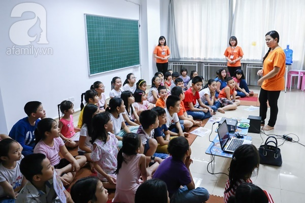 Đột nhập một lớp học giới tính cho trẻ nhỏ với quần lót, bao cao su, băng vệ sinh - Ảnh 1.