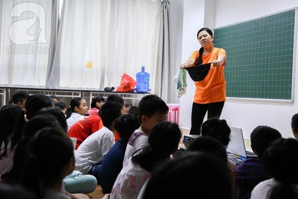 Đột nhập một lớp học giới tính cho trẻ nhỏ với quần lót, bao cao su, băng vệ sinh - Ảnh 5.