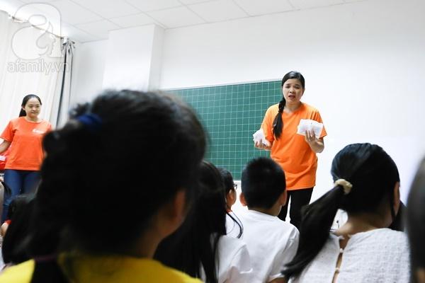 Đột nhập một lớp học giới tính cho trẻ nhỏ với quần lót, bao cao su, băng vệ sinh - Ảnh 6.