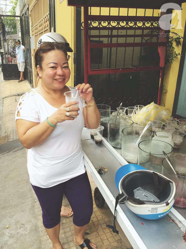Cuối tuần nắng nóng, ghé ăn chè của ông chú chảnh khỏi cần chửi nổi tiếng Sài Gòn mà thấy mát lịm tim - Ảnh 10.