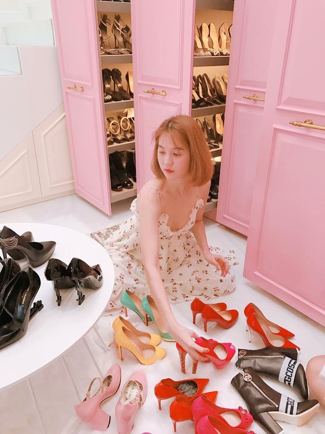 Ngọc Trinh - Linh Chi: chị em thân đến nỗi còn thường xuyên mặc váy áo của nhau - Ảnh 1.