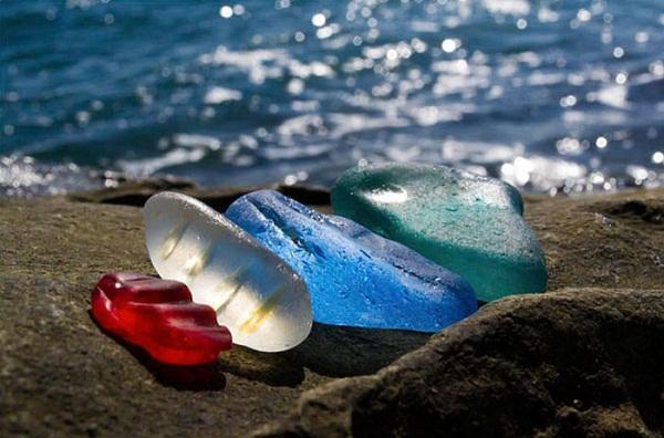 Không thể tin bờ biển đầy ngọc quý với đủ màu sắc lấp lánh này lại là... - Ảnh 2.