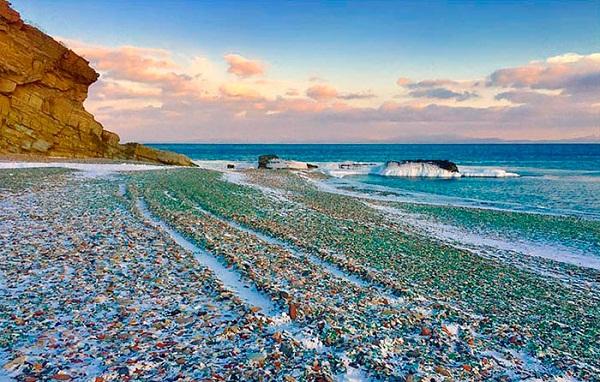Không thể tin bờ biển đầy ngọc quý với đủ màu sắc lấp lánh này lại là... - Ảnh 3.