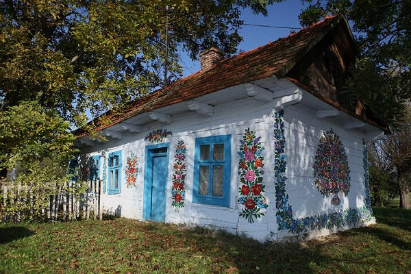 Ngôi làng đẹp lạ lùng mỗi tường nhà đều là một bức họa đầy màu sắc - Ảnh 1.