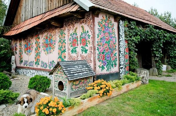 Ngôi làng đẹp lạ lùng mỗi tường nhà đều là một bức họa đầy màu sắc - Ảnh 2.