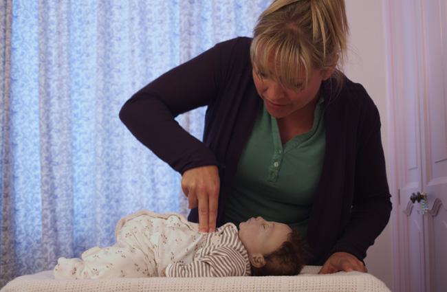 Bố mẹ nhất định phải xem video này để biết cách cứu con trong tình huống khẩn cấp - Ảnh 2.