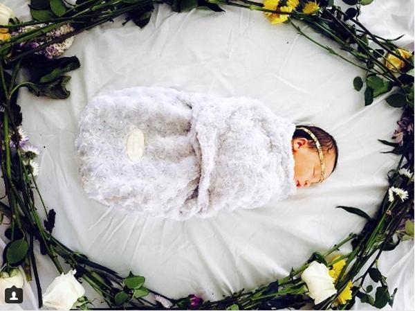Mẹ kì công lên ý tưởng chụp ảnh đẹp lung linh cho con mỗi tháng - Ảnh 2.