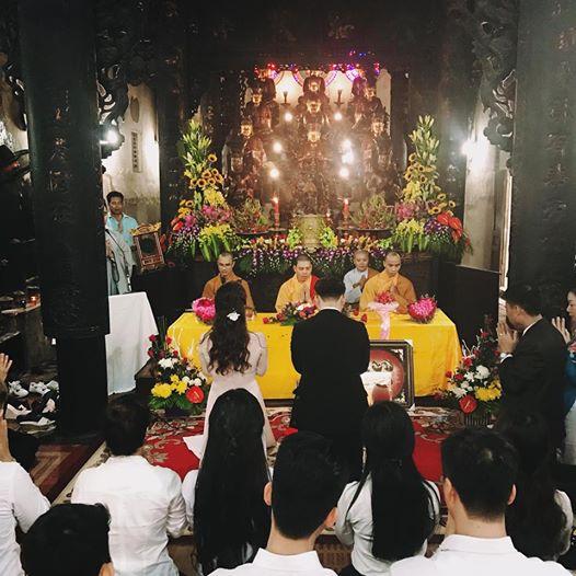 MC Thành Trung và vợ diện áo dài làm lễ Hằng thuận tại chùa  - Ảnh 1.