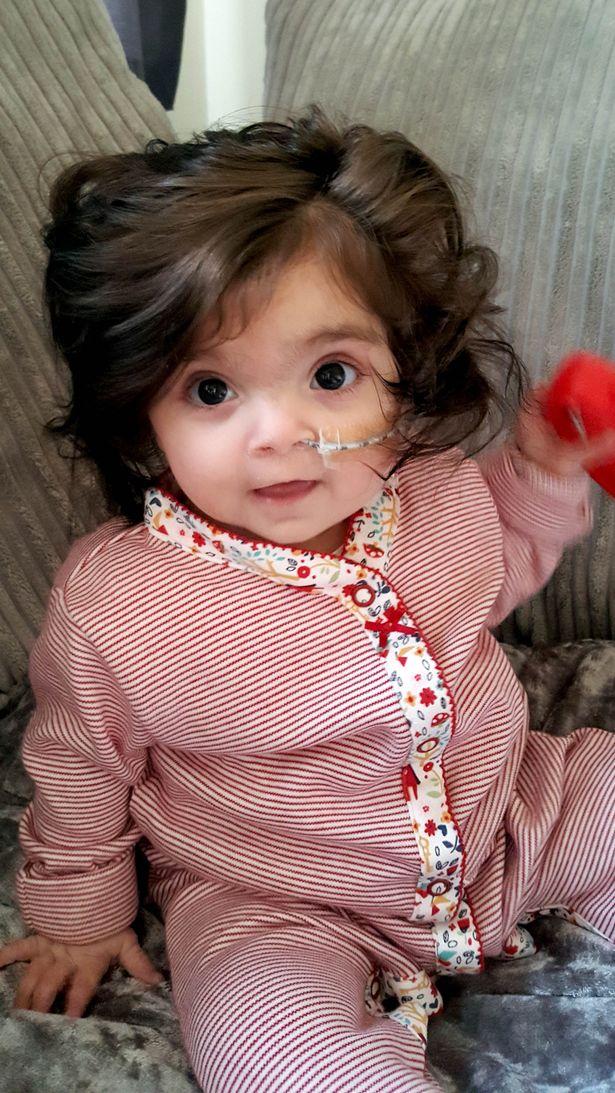 Ai cũng nghĩ bé gái 8 tháng tuổi này đội tóc giả cho tới khi biết sự thật... - Ảnh 2.
