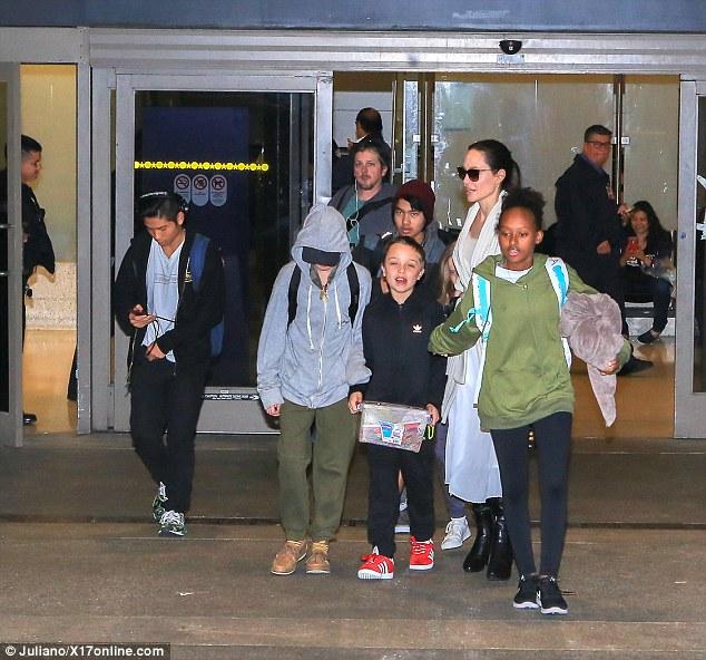 """Pax Thiên cùng mẹ và các anh chị em """"tay xách nách mang"""" trở về Mỹ  - Ảnh 1."""