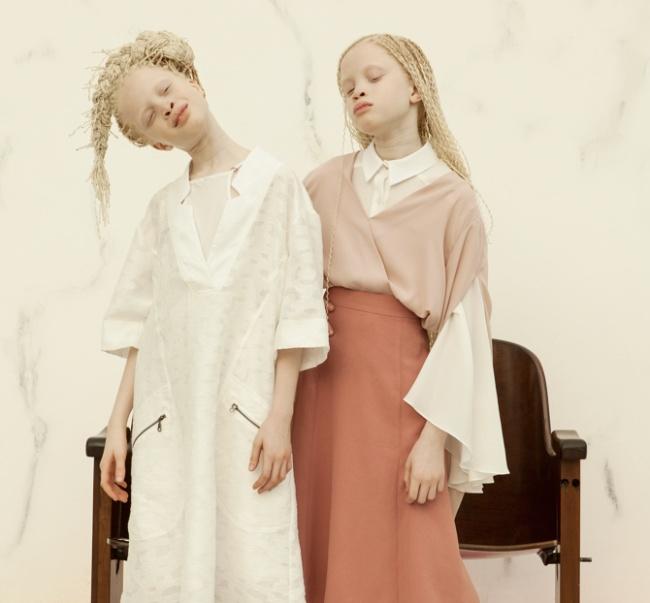 Vẻ đẹp của cặp sinh đôi bạch tạng hiếm có khó tìm nhất thế giới - Ảnh 4.