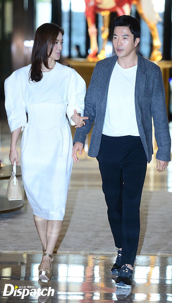 Vợ chồng Kwon Sang Woo và vợ chồng Lee Byung Hun tình tứ tại sự kiện - Ảnh 1.