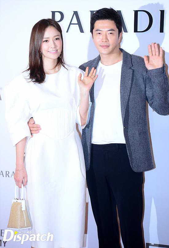 Vợ chồng Kwon Sang Woo và vợ chồng Lee Byung Hun tình tứ tại sự kiện - Ảnh 2.