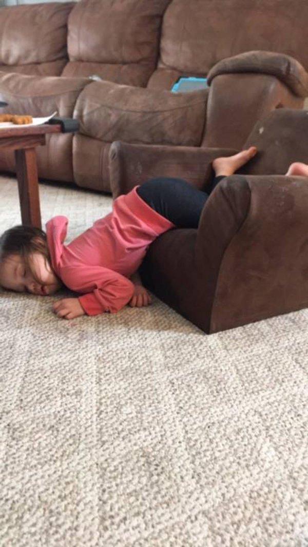 Bật cười trước những tư thế ngủ chẳng giống ai của lũ trẻ - Ảnh 4.