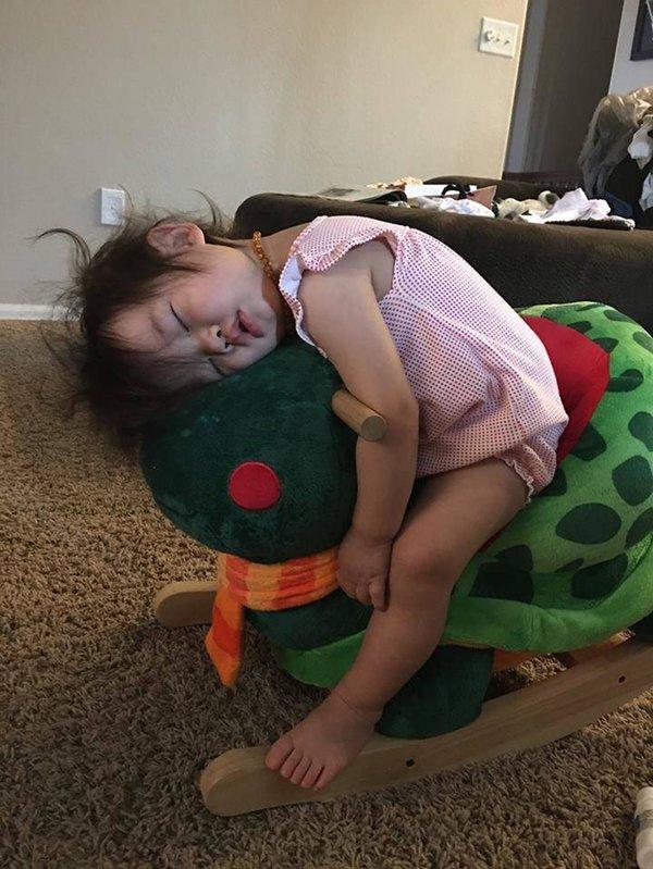 Bật cười trước những tư thế ngủ chẳng giống ai của lũ trẻ - Ảnh 6.